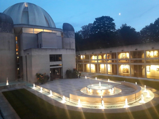 Murray Edwards College, courtyard fountains at night